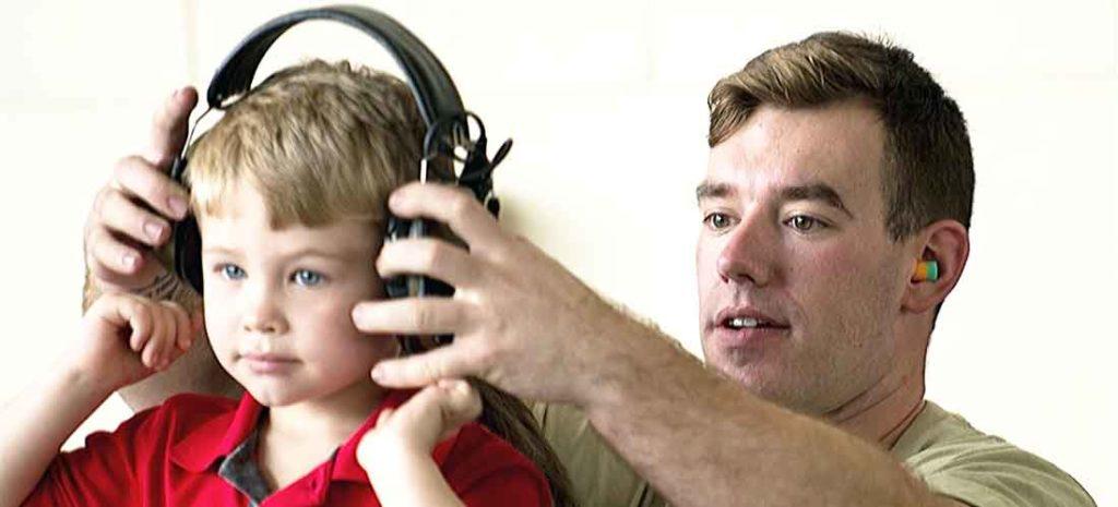 chico-niño-protecciones-auditivas